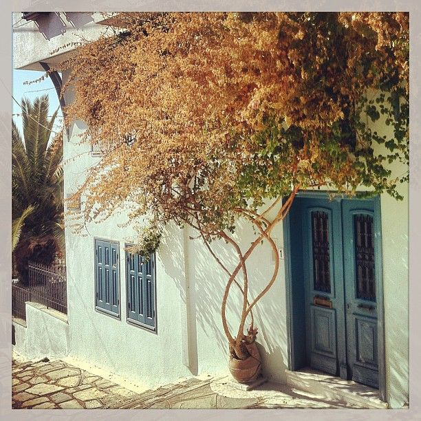 An almost Cycladic image from the narrow streets of Ano Poli. Walking Thessaloniki app, Route 11 - Upper Town C (Download for FREE) #travel #guide #iPhone