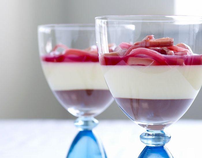 Med denne opskrift får du smagen af chokoladeganache og hvid chokolademousse - toppet med søde og syrlige rabarber.