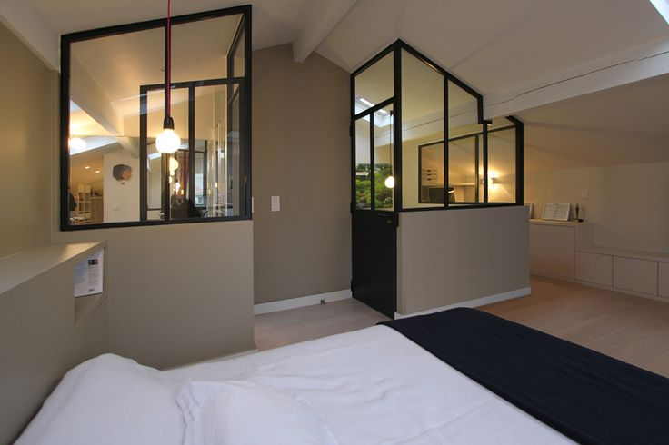 Une chambre sous mansardes avec une verrière d'atelier. Magnifique.