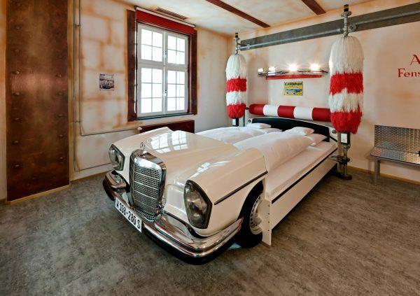 Кровать из пластика в виде машины для мальчика в спальню
