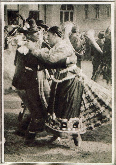Ism. fotográfus (Balogh Rudolf?): Húsvéti mulatság Mezőkövesden, Pesti Napló képes mell. 1925. ápr. 12. 63. OSzK