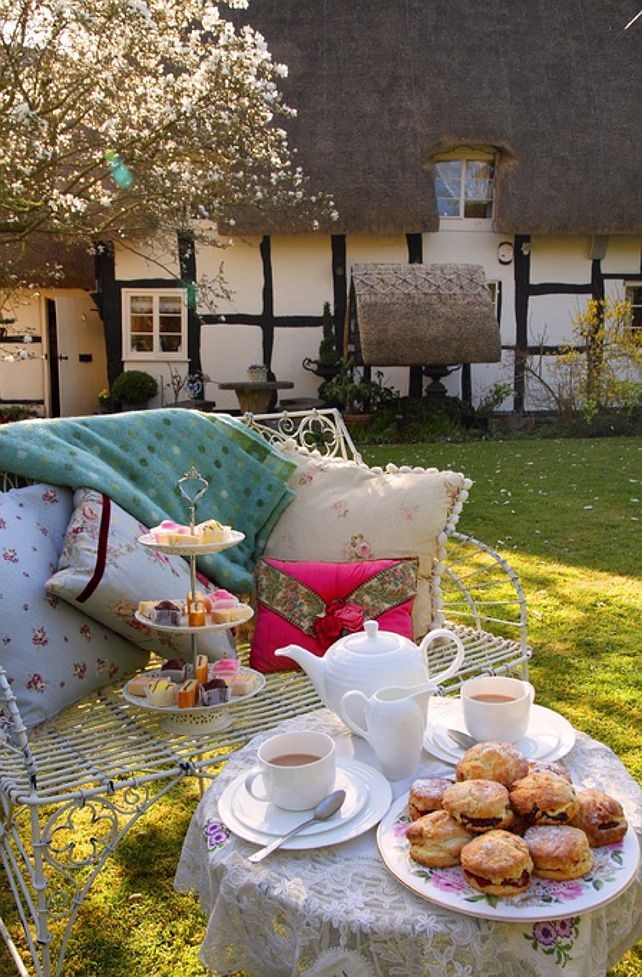 Coastal cottage: Located in an olde-world village in the Cotswold, Birlingham, Worcestershire, UK, this rental English thatched cottage is perfect for families or couples looking for a romantic place to stay.