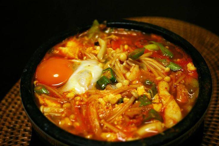 〈 Présentation de plat : Sundubu jjigae 〉 Un sundubu jjigae qui mijote dans un bol de terre cuite donne l'eau à la bouche, n'est ce pas ? Regarder le ragoût servi encore bouillonnant et l'entendre chanter suffisent à éveiller l'appétit. Le sundubu, tofu mou, est si moelleux qu'il fond dans la bouche. Dans un sundubu jjigae épicé, on met de la viande et des fruits de mer en quantité abondante. Suite sur notre page Facebook. https://www.facebook.com/hanllyu/ S&C : google image / KFF