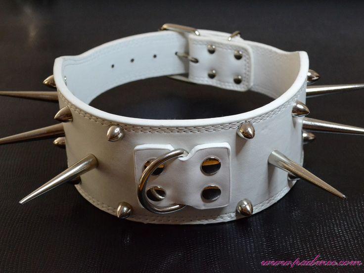 Collier blanc à longs pics pour chien Lady G - taille XL (48-56) cm Collier blanc 61 cm pour un chien ou une chienne rock star, ce collier est très large : 7,5 cm de largeur. Il possède des petits clous sur la bordure du collier, ainsi que 6 longs pics de 6 cm qui sont amovibles. Ce collier convient pour nos animaux de compagnie, chiens de race Berger allemand, Staff ... et ayant un tour de cou allant de 48 cm à 56 cm.  26.00e
