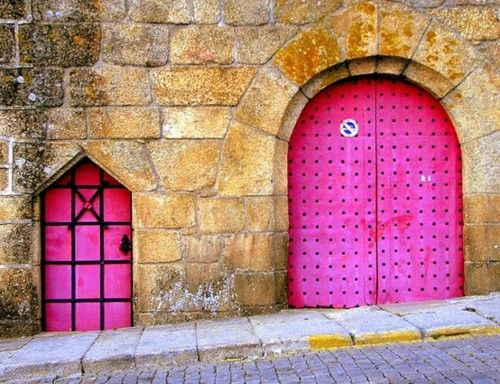 Pink doors.  Mamãe e filhinha