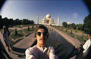 George Harrison ya se tomaba selfies en India en 1966 con lente ojo de pez | Cultura India