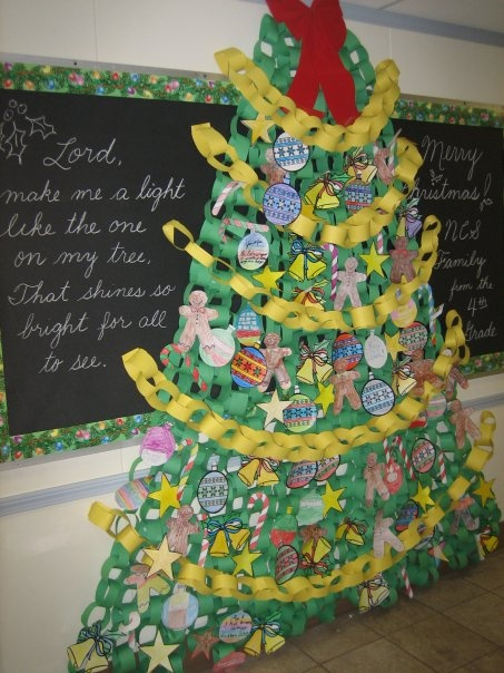 construction paper chain christmas tree great collaborative activity classroom christmas. Black Bedroom Furniture Sets. Home Design Ideas