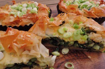 Groentetaartje met verse spinazie tuinbonen en asperges