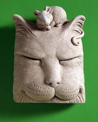 Товар #: 1161  Эта кошка скульптура включает свернувшись мыши тихо дремлет с лучшим другом. Мало кошки могут отказаться солнечном подоконнике или в солярии или сады. Цена: $ 34.00 Вес: 2,50 фунта Размеры: W 4.25x H 5.75x D 1,75 Состав: рука литой бетон Cat Nap - Carruth Студия