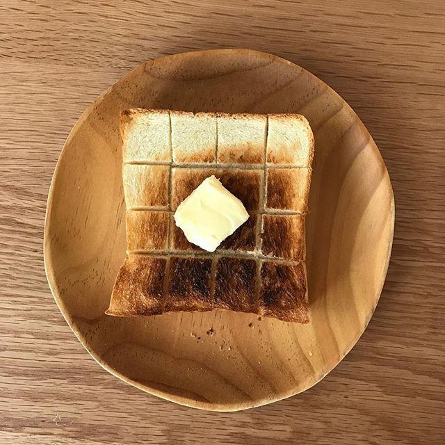 2016/11/06 08:44:50 mikkosann 2016/11/06 ふつうの厚切りバター多め #トースト #breakfast #toast #地味 #普通 #バルミューダ