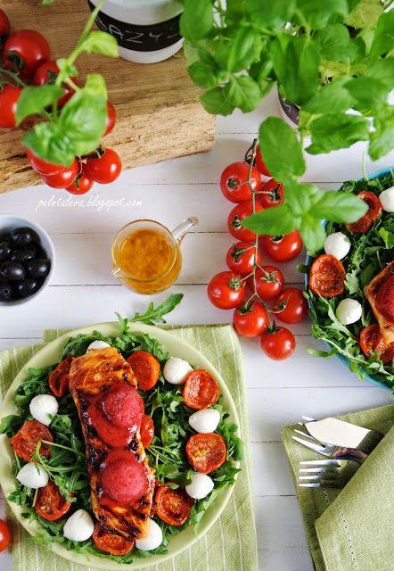 Łosoś norweski  z sorbetem truskawkowym na sałatce z pieczonymi pomidorkami