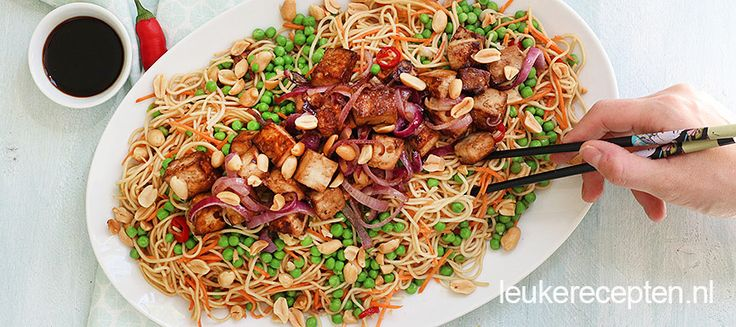Deze koude noedel salade is een makkelijke vegetarische maaltijd met veel groenten en ketjap tofu.