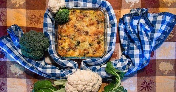 Cuocete a vapore broccolo e cavolfiore, ben puliti e divisi in cimette. In una ciotola sbattete le uova con il formaggio il sale e il pepe.
