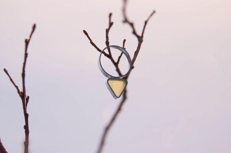 Серебряное кольцо с большим янтарным треугольником