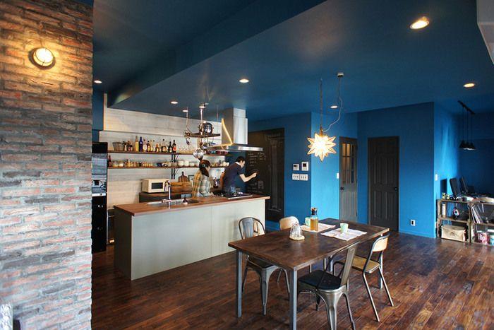 その間にはダメージ加工のタイル貼り壁面も。なんだかおしゃれなカフェみたい!
