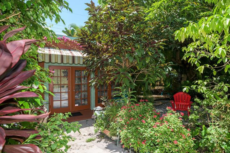 House in Miami, United States. Our spacious and delightful cottage sits in the middle of a beautiful garden just minutes away from the city center. Located in a quiet historic district walking distance to the Marlins, Health District & 10 minutes drive away from South Beach  Ri...