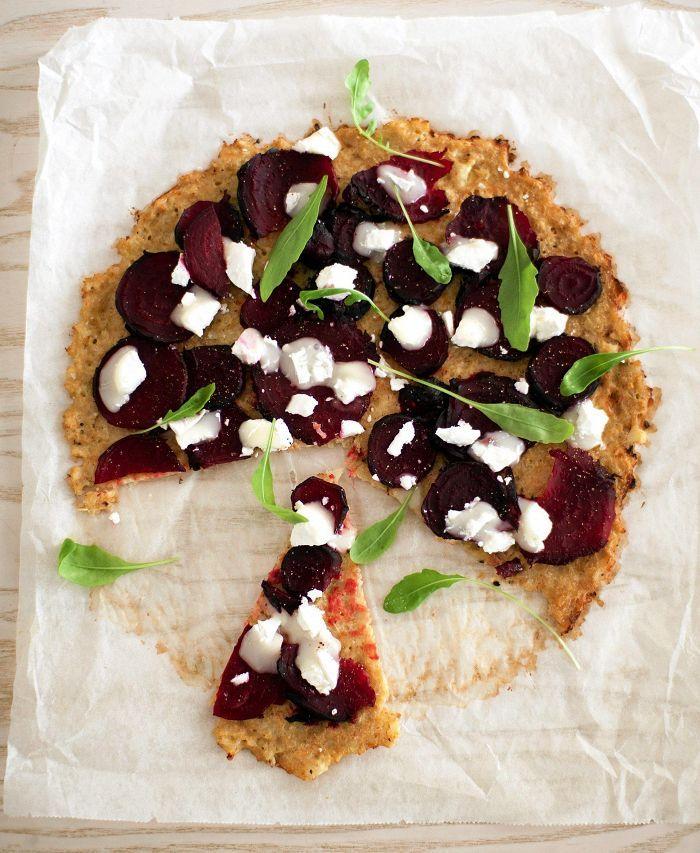 Punajuuri-vuohenjuustopizza kukkakaalipohjalla
