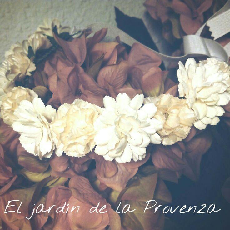 Tiara compuesta de flores blancas y beige ideal para primera comunión y pajes