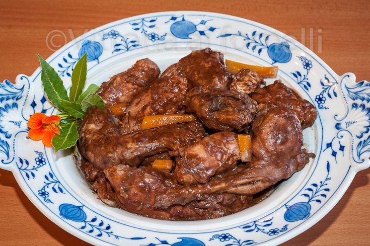 Il coniglio al cioccolato è una ricetta di sorprendente gusto e morbidezza, in cui spezie, erbe e cioccolato amaro si armonizzano perfettamente con la carne