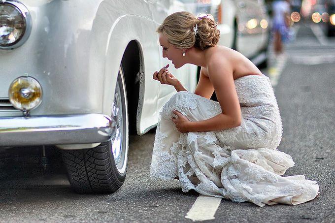 O fotógrafo Emin Kuliyev quebra um pouco todo esse roteiro em suas fotos, ao invés de tirar fotos certinhas e cheia de poses cansativas, ele aposta em fotos de casamento bem humoradas, espontâneas e lindas.
