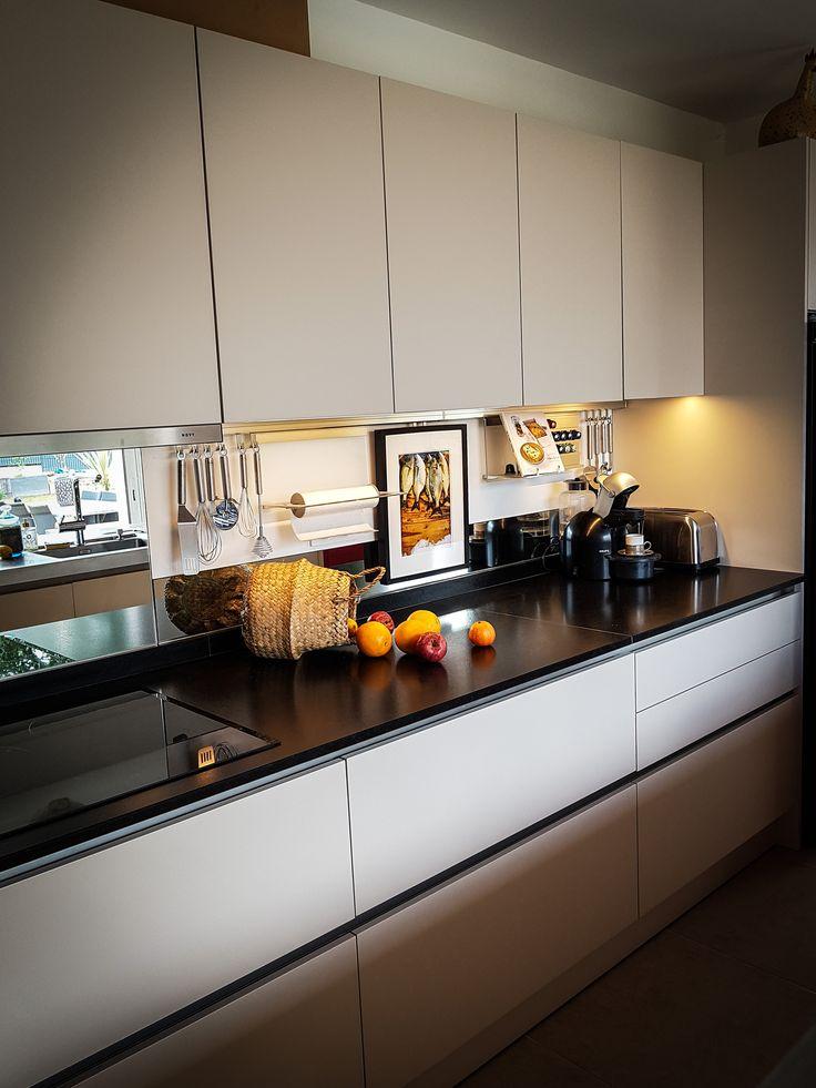 Cuisine Moderne Dans Maison En Pierre: Dans Cette Cuisine Moderne, Une Crédence Miroir Vient