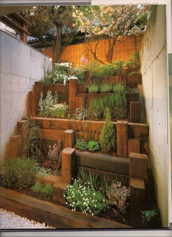 Jardín urbano con traviesas de madera:
