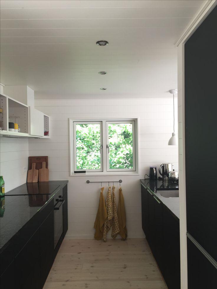 Hyggeligt funktionelt køkken under hemsen.