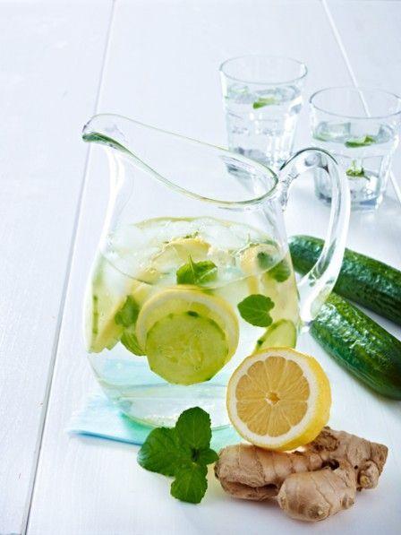 Trinken Sie sich schlank! Ingwer, Gurke, Minze und Zitrone sorgen für einen flachen Bauch und regen die Fettverbrennung an. Das Schlankwasser-Rezept.