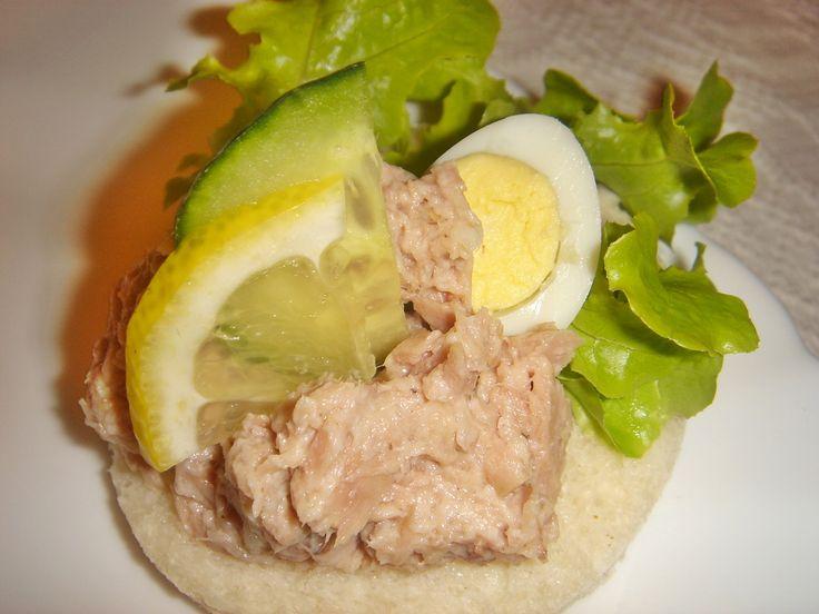 Nagyon szeretem a halas szendvicseket. A kaviárt most kihagytam a sprotni kedvéért, mert gyermekkoromban az egyik kedvencem a...
