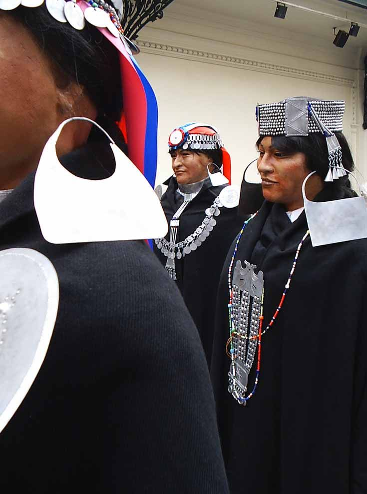Chile | Mapuche women at the Museo Nacional de Bellas Artes. | ©Hernán