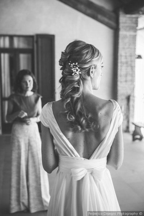 Acconciatura da sposa per capelli lunghi semiraccolti con boccoli e fermaglio