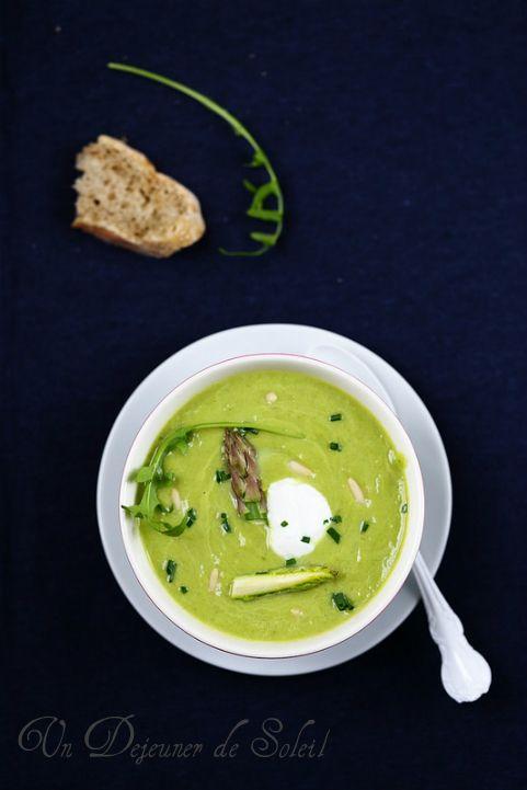 Soupe ou velouté d'asperges, avocat et roquette - Asparagus and avocado soup ©Edda Onorato - SPÁRGA-AVOKÁDÓ-KRÉMLEVES: 1 csokor spárga (450-500 g), 1 érett avokádó, 1 kis marék rukkola, 2 gerezd fokhagyma, 4 evőkanál kecske joghurt vagy túró, metélőhagyma, extra szűz olívaolaj, fenyőmag, só, bors.