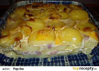 VYZKOUŠENO!! plátky uvařených brambor do mísy, posolit, směs osmažených salámů (poličan, papr.), cibule, slaniny se zakysanou smetanou, brambory, posolit, péct zakryté 180°C 15 minut, zalít vejci se smet. odkrýt 15 min.