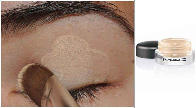 Para darte un look mucho más profesional con la sombra de ojos, usa el pote de pintura Mac en ocre suave debajo.