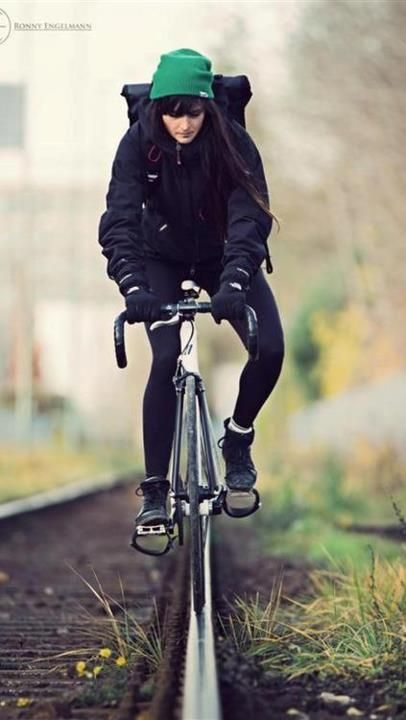 Messenger girl (fixed gear) and Bicycles Love Girls. http://bicycleslovegirls.tumblr.com/