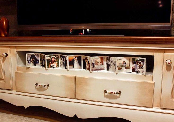 Unutmak istemediğiniz anılarınız hep göz önünde dursun! 10 fotoğraflık masa üstü Akordeon Foto Kitabımız 24.99₺Anılarınız telefonunuzda kalmasın!   sevgilikitabi.com/akordeon-foto-kitap #sevgilikitabi #akordeonfotokitap #fotokitap #dekor #dekorasyon #yılbaşı #yilbasihediyesi