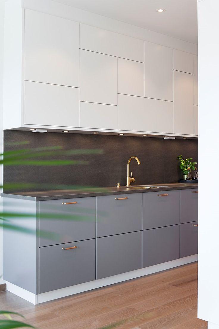 Köket från Ballingslöv är fantastiskt med sina vita överskåp och grå underskåp - kontrasten mot blandare, kökshandtag i mässing gör detta till ett kök som känns modernt och tidlöst.