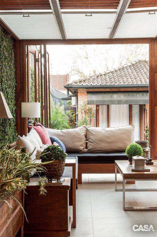 Cobertura de vidro temperado e portas sanfonadas garantem a versatilidade de jardim em Porto Alegre.