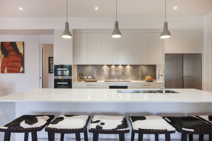 Feature pendants - check. Feature bench seats - check. Clean lines & smooth surfaces - check. This kitchen ticks all the right 'style' boxes