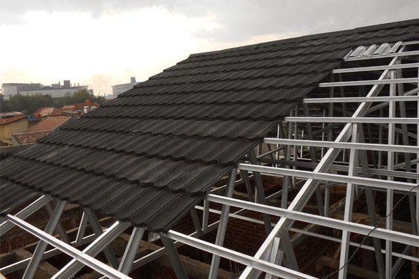 Desain atap genteng ini berbentuk lempengan yang mirip dengan bahan seng. genteng ini nanti akan ditanam pada balok usuk dari rangka atap dengan memakai baut. Adapun ukuran dari genteng ini umumnya beragam lebarnya sekitar 60 – 120 cm dengan tebal 0,3 mm dan panjang 2 sampai 12 mm.