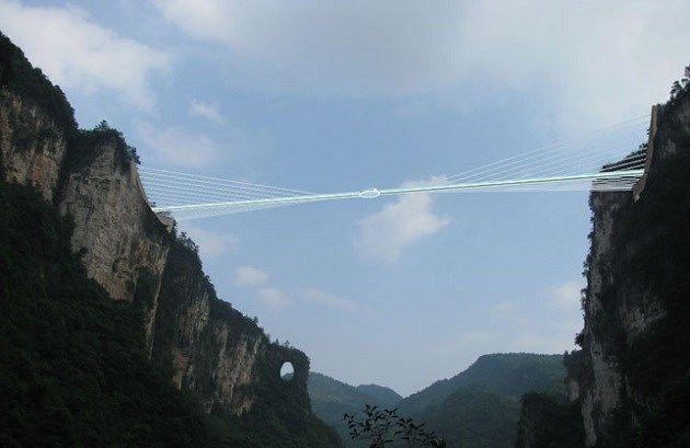 Hoogste glazen brug ooit: niet voor mensen met hoogtevrees - Het Nieuwsblad: http://www.nieuwsblad.be/cnt/dmf20150519_01688098