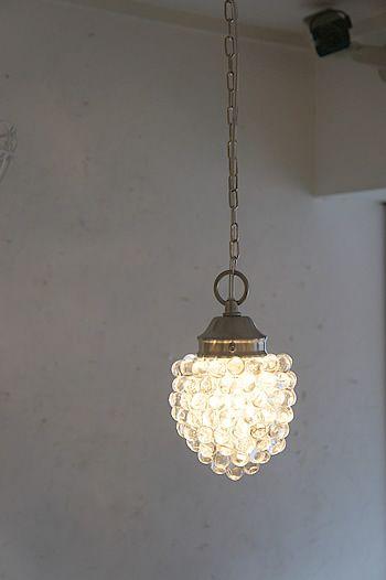 アイアン家具、ホーロー雑貨等のキッチン用品の各種輸入雑貨販売、湘南藤沢の生活雑貨のお店Sara(サラ) ガラスで房の形を作り出している様が、とっても素敵なランプの 『Grape・Lamp(G)』。お玄関やリビングのアクセントにいかがでしょうか。