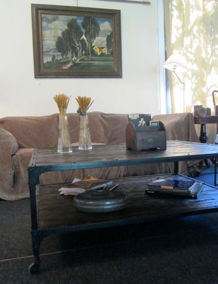 Mesa de centro en metal y madera, perfecta para cualquier ambiente.