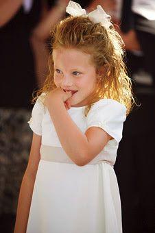 Vestido de damnha branco faixa bege laço no cabelo casamento