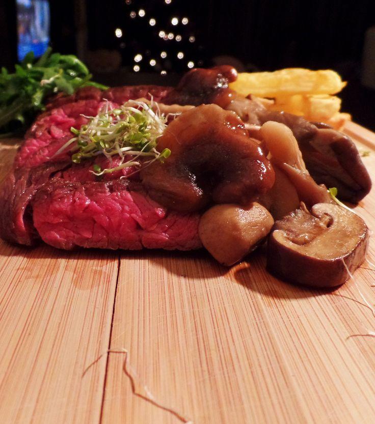 Recept met bavette: gebakken bavette met paddenstoelen, rucola en frieten uit de oven.  tags: biologisch vlees, bioslager, vlees, bakken, food, foodblog, steak, foodblogger, dutchblogger