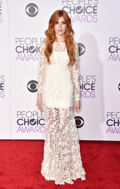 Katherine McNamara se decantó por un vestido blanco bordado de Olcay Gulsen Collection.
