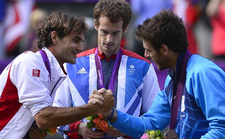 Com o britânico Andy Murray (ouro) no centro, Federer cumprimenta o argentino Juan Martin del Potro (bronze) no pódio olímpico, em Londres; suíço foi prata