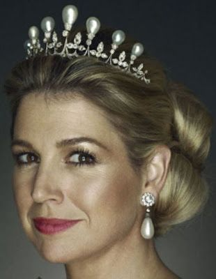 The tiara was made circa 1900 using four pearls that belonged to Princess Amalia of Soms-Braunfels, wife of Prince Frederik Hendrik of Orange, and designed to look like a tiara owned by Queen Anna of the Netherlands. Shown here worn by Princess Maxima.