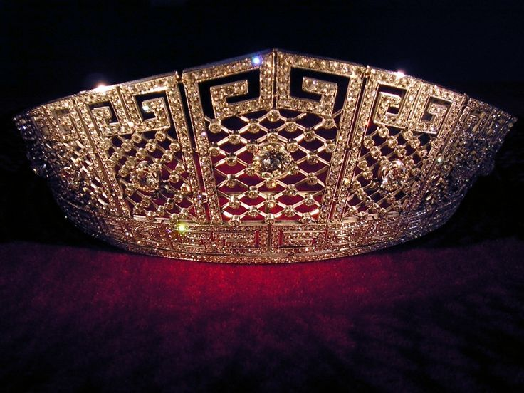 A rather large photo of the Prussian meander tiara, giving a bit more detail.