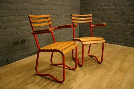 Paar vintage terras (Jaren 50) stoelen met volledig gerestaureerd houtwerk en behoud van de originele kleur en patina van het onderstel.terras stoelen, bistro stoel, french bistro chairs, tuinmeubilair, chaise bistro, vintage terras stoel, bistro stoel armleuningen